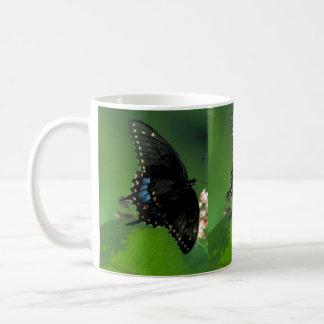 花の黒いアゲハチョウの蝶 コーヒーマグカップ