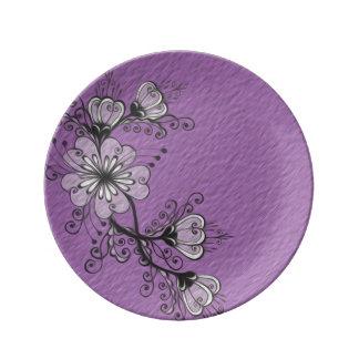 花の黒い紫色のスケッチのフォークのモチーフ 磁器プレート