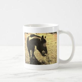 花を持つ茶色の馬のセピア色の調子の写真 コーヒーマグカップ