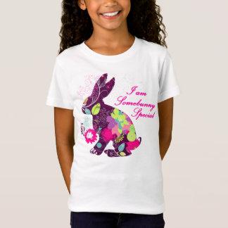 花パターンイースターのウサギのウサギ Tシャツ