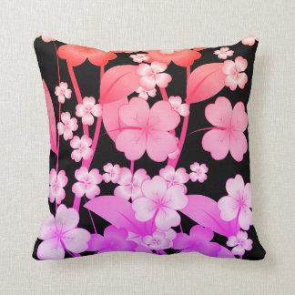 花ピンクおよび紫色と形づく枕 クッション