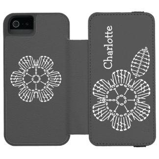 花及び葉のかぎ針編みの図表(黒及び白) INCIPIO WATSON™ iPhone 5 ウォレット ケース