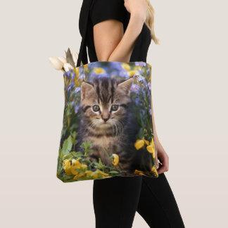花園に坐っている猫 トートバッグ
