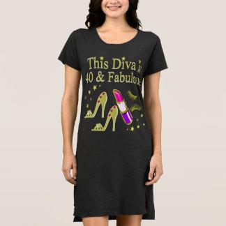 花型女性歌手は40才およびすばらしい金ゴールドのハイヒールのデザインです ドレス