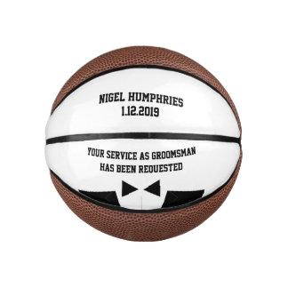 花婿介添人または花婿の付添人の招待の小型バスケットボール バスケットボール