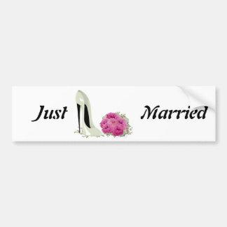 花束のバラおよび結婚式の小剣のギフト バンパーステッカー