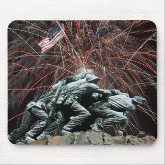 花火が付いている海洋Corp戦争記念物 マウスパッド