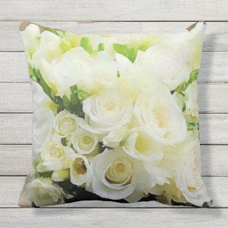 花白く、クリーム色のバラ クッション