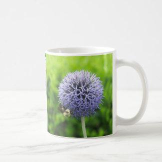 花盛りの葱類および蜂のマグ コーヒーマグカップ