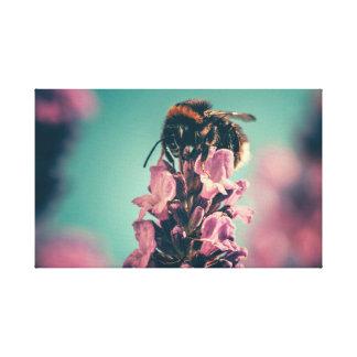 花粉のキャンバスのプリントを集めている蜂 キャンバスプリント