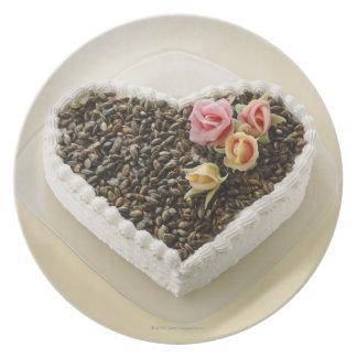 花、クローズアップが付いているハートの形のウエディングケーキ プレート