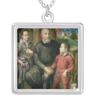 芸術家の家族のポートレート、Minerva シルバープレートネックレス