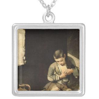 若いこじき、c.1650 シルバープレートネックレス