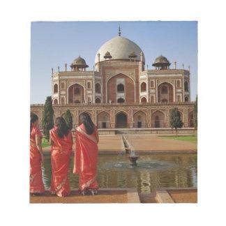 若いインドの女性およびHumayunの墓、デリー、 ノートパッド