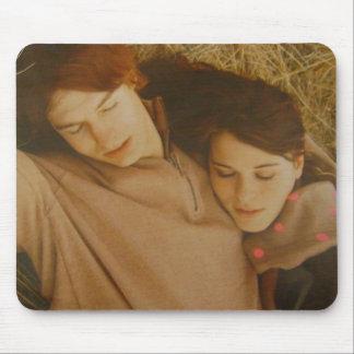 若いカップルは愛を見つけます マウスパッド