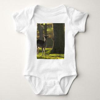 若いシカの乳児のTシャツ ベビーボディスーツ