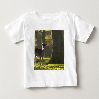 若いシカの乳児のTシャツ ベビーTシャツ