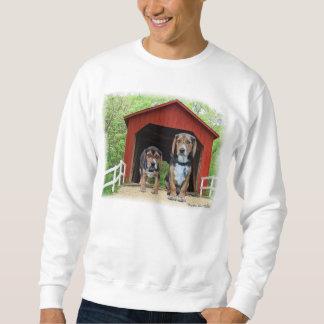 若いビーグル犬のサンディの入り江の屋根付橋の犬小屋 スウェットシャツ