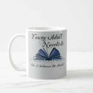 若い大人の小説家はシートの間のそれを…します コーヒーマグカップ