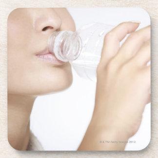 若い女性の飲料水、クローズアップ コースター