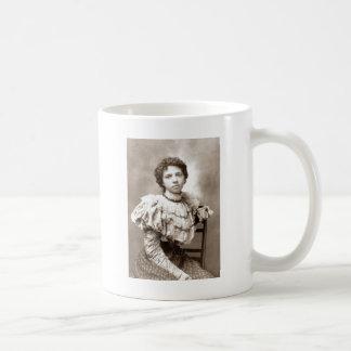 若い女性 コーヒーマグカップ