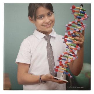 若い女生徒は多彩なモデルを握ります タイル