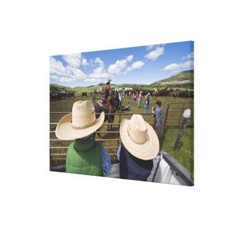 若い男の子はヒューズ2007年の牧場で取ります キャンバスプリント