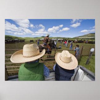 若い男の子はヒューズ2007年の牧場で取ります ポスター