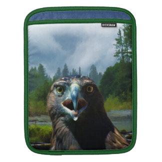 若い白頭鷲および霧深いアラスカの川 iPadスリーブ