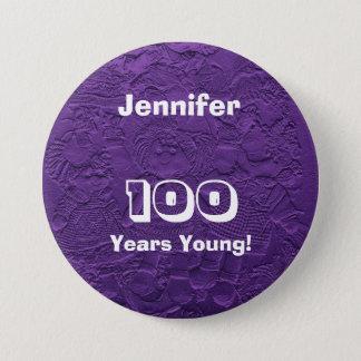 若い紫色の人形ボタンPinの誕生日100年の 缶バッジ