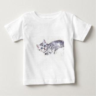 若い銀製の虎猫はヒツジの皮にあっている猫に斑点を付けました ベビーTシャツ