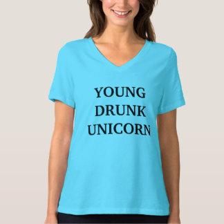 若い。 飲まれる。 ユニコーン。 ワイシャツ Tシャツ