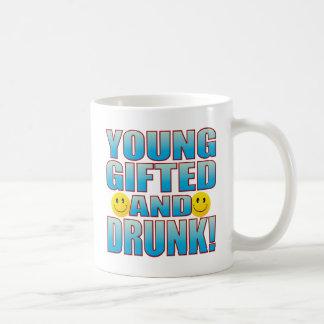 若者によって飲まれる生命B コーヒーマグカップ