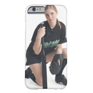 若者の微笑のコーカサス地方の女性はaを身に着けています barely there iPhone 6 ケース
