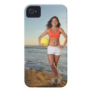 若者はバレーボールをで保持しているかわいらしい女性に合いました Case-Mate iPhone 4 ケース