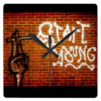 若者を始めて下さい スクエア壁時計