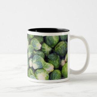 若草色の新しい芽キャベツ ツートーンマグカップ