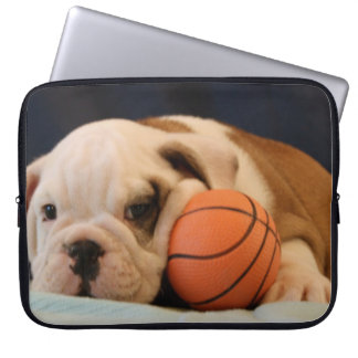 英国のブルドッグのバスケットボールの子犬 ラップトップスリーブ