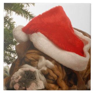 英国のブルドッグの居眠りのクリスマスの写真のタイル タイル