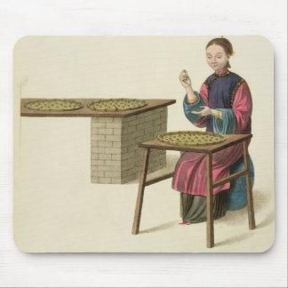 茶を準備している女性は「衣裳からの21をめっきします マウスパッド
