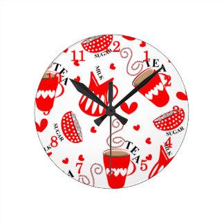茶ミルクは2つの砂糖レトロのスタイルのプリントを喜ばします ラウンド壁時計