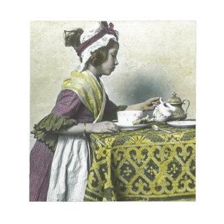 茶幻灯のヴィンテージを持っているビクトリアンな女の子 ノートパッド