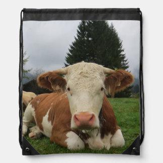 茶色および白い牛置くことの閉めて下さい ナップサック