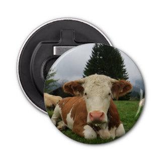 茶色および白い牛置くことの閉めて下さい 栓抜き