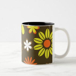 茶色のレトロの黄色およびオレンジ花 ツートーンマグカップ