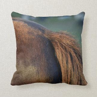 茶色の馬のポニーテールのフランクのウマ科のな動物のデザイン クッション