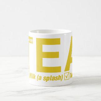 茶、ちょうどミルク、2つの砂糖のしぶき コーヒーマグカップ