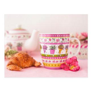 茶、クロワッサンおよび花が付いているマグ ポストカード