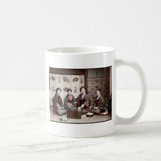 茶-ヴィンテージの日本人の芸者--を飲んでいる女性 コーヒーマグカップ