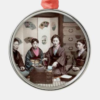茶-ヴィンテージの日本人の芸者--を飲んでいる女性 メタルオーナメント